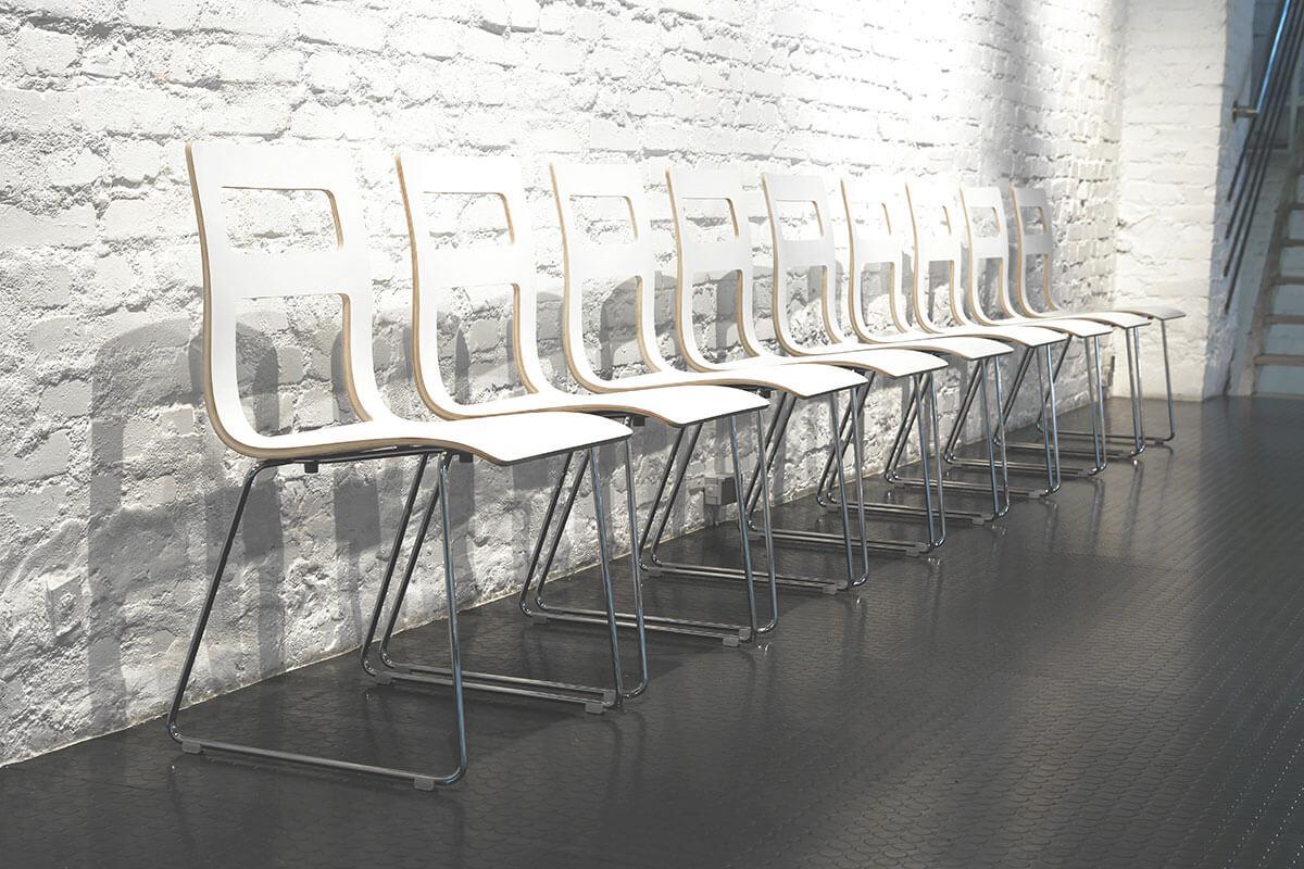 scaune albe placaj